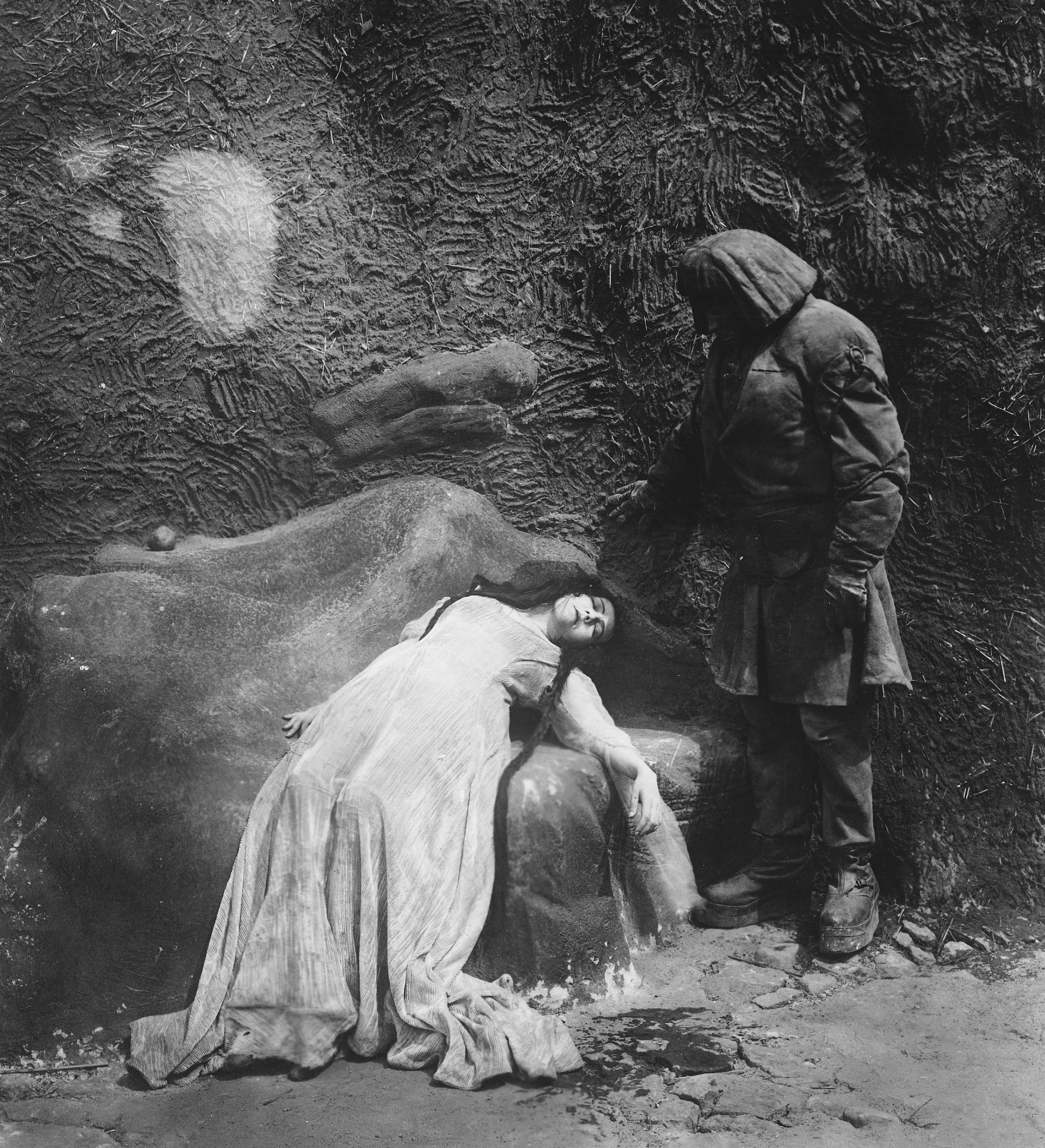 TITLE: GOLEM, WIE ER IN DIE WELT KAM, DER ¥ PERS: WEGENER, PAUL / SALMONOVA, LYDA ¥ YEAR: 1920 ¥ DIR: WEGENER, PAUL ¥ REF: GOL035AW ¥ CREDIT: [ THE KOBAL COLLECTION / UFA ]